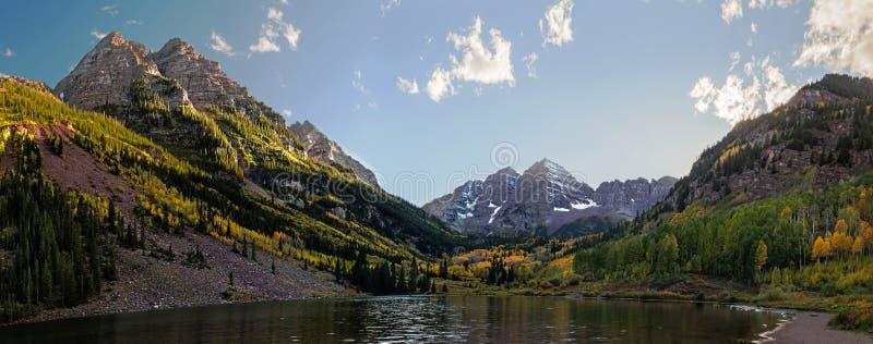 Panoramiczny widok Wałkonię się Bell spadek i szczyty barwi w Skalistej góry parku narodowym zdjęcia stock
