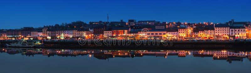 Panoramiczny widok Waterford, Irlandia przy nocą obrazy royalty free