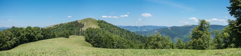 Panoramiczny widok wiosen góry pod niebieskim niebem obraz royalty free
