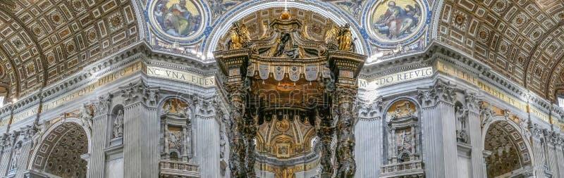 Panoramiczny widok wnętrza przy St Peter bazyliką w Watykan obrazy stock