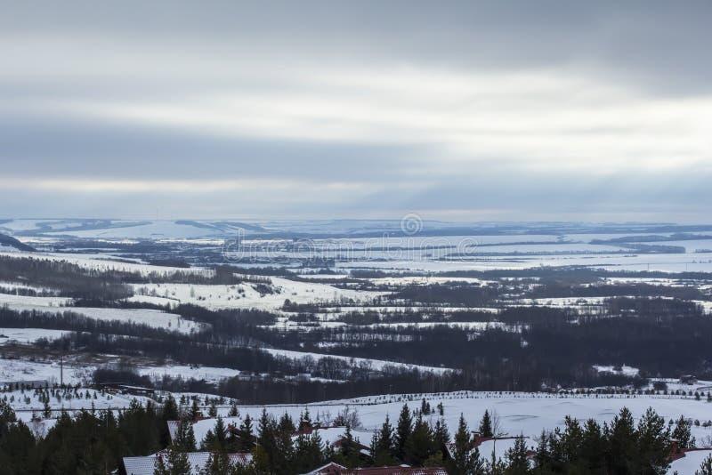 Panoramiczny widok wysokogórska buda w ośrodku narciarskim obraz royalty free
