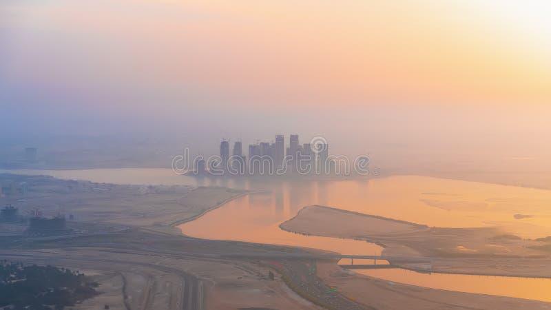 Panoramiczny widok z lotu ptaka Dubai na wieżowe światło mgły od najwyższego dachu, Zjednoczone Emiraty Arabskie obraz royalty free