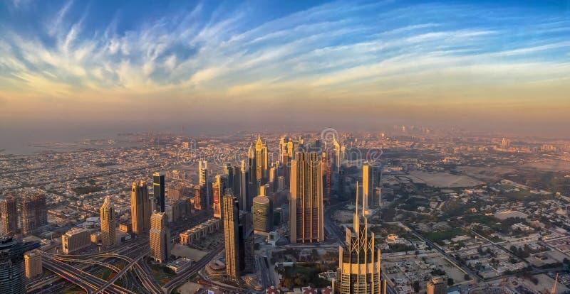 Panoramiczny widok z lotu ptaka Dubaj przy zmierzchem, UAE obrazy stock