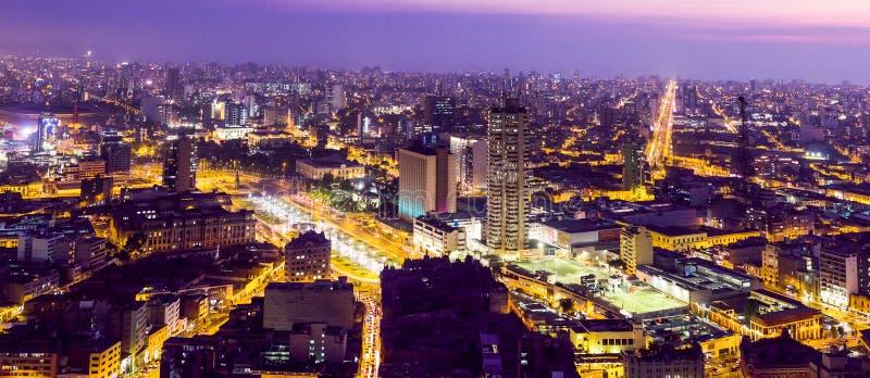 Panoramiczny widok z lotu ptaka Lima miasto przy nocą zdjęcie stock