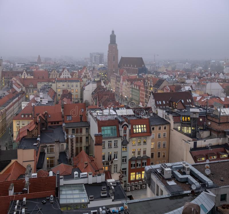Panoramiczny widok z lotu ptaka na starym miasteczku Wrocławski przy zimnym zima wieczór Polska zdjęcie stock