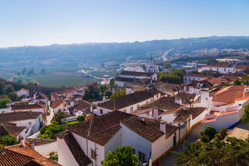 Panoramiczny widok z lotu ptaka ?redniowieczny grodzki Obidos w pi?knym letnim dniu, Portugalia fotografia royalty free