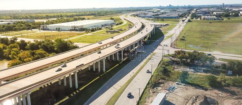 Panoramiczny widok z lotu ptaka wynosił autostradę przez wodnej strefy i budowy zdjęcia stock