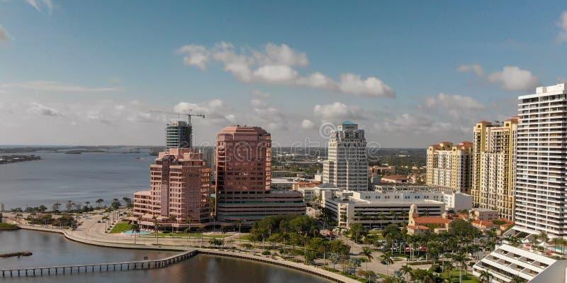 Panoramiczny widok z lotu ptaka Zachodnia palm beach linia horyzontu przy zmierzchem, Flor obrazy stock
