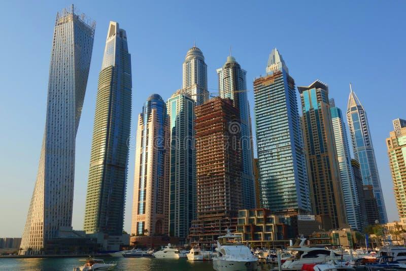 Panoramiczny widok z nowożytnymi drapaczami chmur i wodnym molem Dubaj Marina przy zmierzchem, Zjednoczone Emiraty Arabskie obraz royalty free