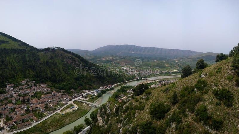 Panoramiczny widok z powietrza na starą część miasta Berat i rzekę Osum z zamku Berat w Albanii fotografia royalty free