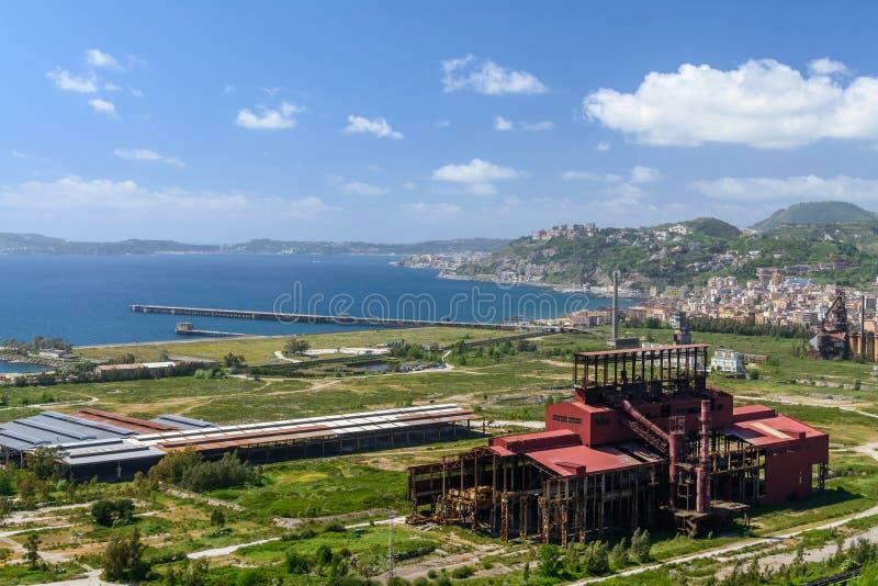Panoramiczny widok z przemysłowym terenem w przodzie Spokojny niebo i morze, fotografia royalty free
