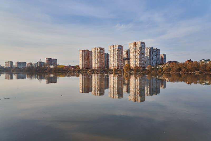 Panoramiczny widok zachód Krasnodar od Kuban rzeki w zimie przy złotymi godzinami Nowi wieżowowie i ich refl obrazy royalty free