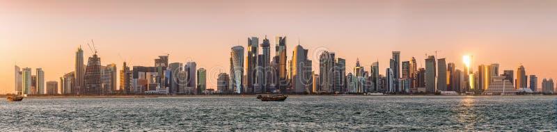 Panoramiczny widok zatoka Doha z linią horyzontu nowożytna architektura zdjęcia stock