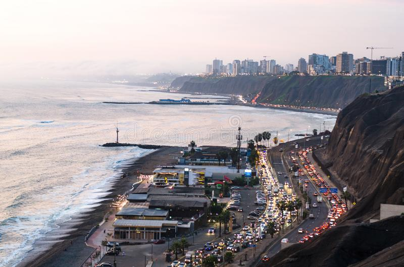 Panoramiczny widok zmierzch na zielonym wybrzeżu w Lima, Peru zdjęcia stock