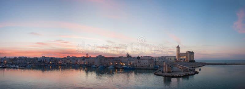 Panoramiczny widok zmierzchu niebo, morze i miasto, Trani, Apulia, Włochy obrazy stock