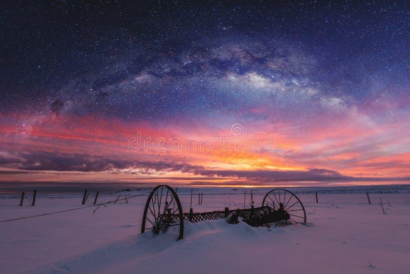 Panoramiczny zima krajobraz w wschodzie słońca z dwoistego ujawnienia nocnego nieba krajobrazem fotografia stock