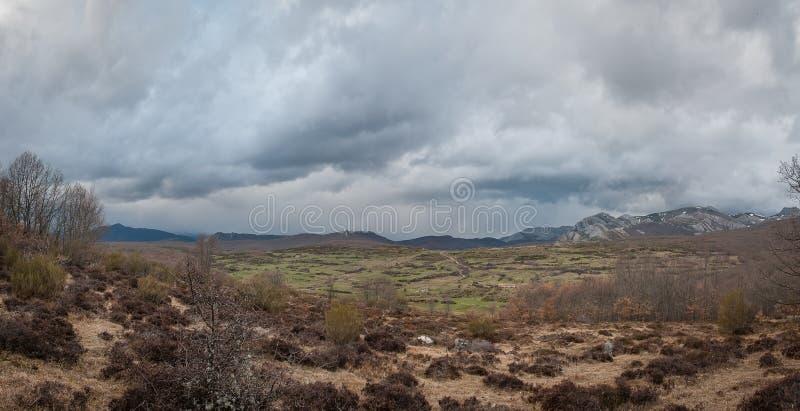 Panoramique avec des nuages de temp?te dans les montagnes de Palencia photographie stock