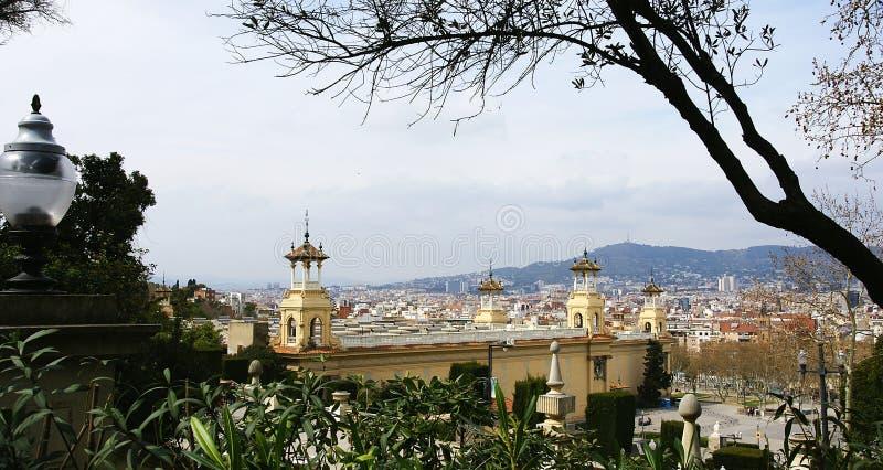 Panoramique de Barcelone avec le palais d'Alfonso XIII et Victoria Eugenia dans le premier terme photos stock