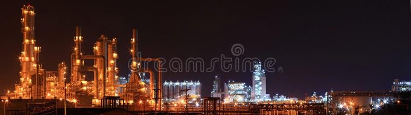 Panoramique de l'usine de raffinerie de pétrole image libre de droits