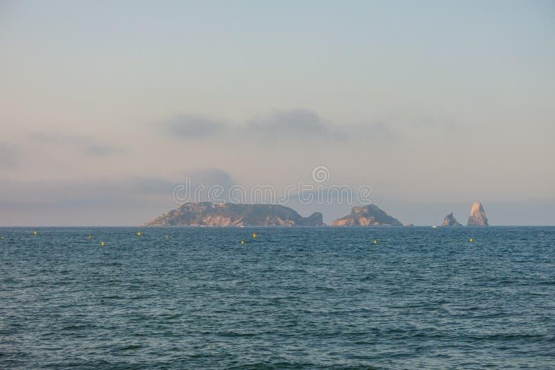 Panoramique des îles de Medes, en mer Méditerranée costa images stock