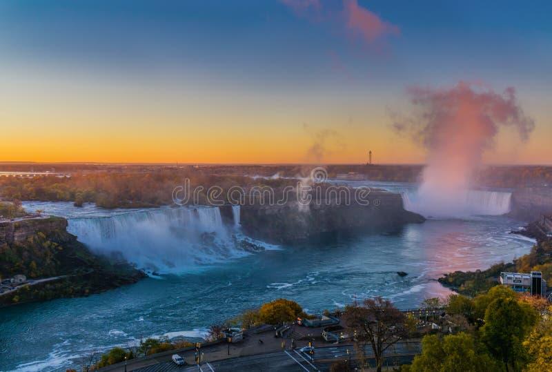 Panoramique des chutes du Niagara pendant le matin images stock