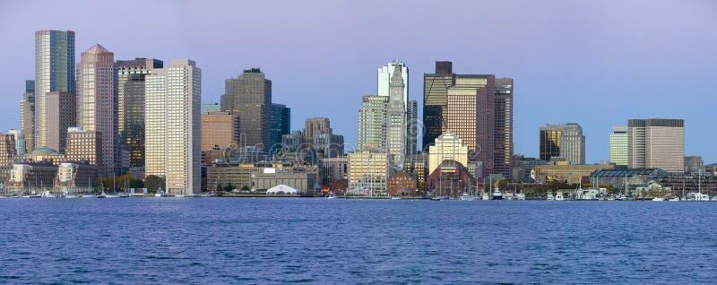 Panoramique du port de Boston et de l'horizon de Boston au lever de soleil comme vu de Boston du sud, le Massachusetts, Nouvelle  photo stock