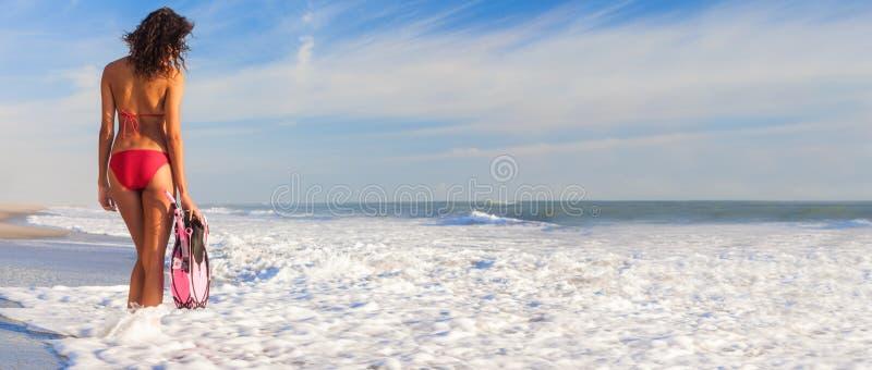 Panoramisch Achter de Vrouwenmeisje van de Weergevenbikini bij Strand royalty-vrije stock afbeelding
