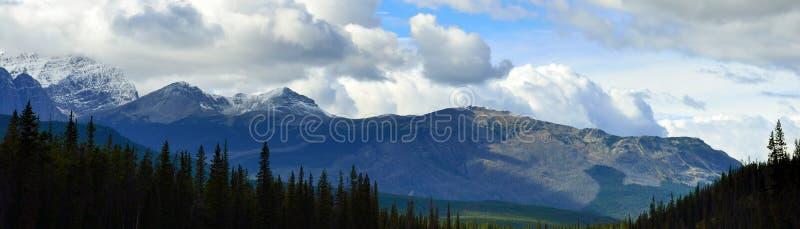 Panoramisch alpien landschap langs het Icefields-Brede rijweg met mooi aangelegd landschap tussen Jaspis en Banff in Canadese Rot stock afbeeldingen