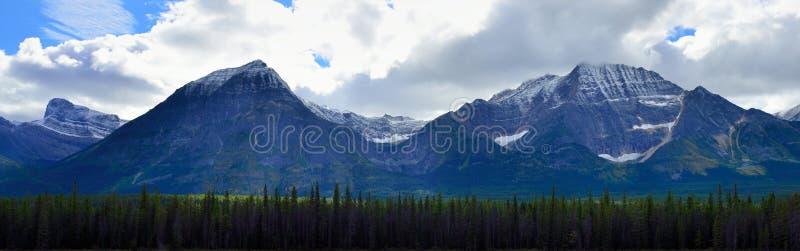 Panoramisch alpien landschap langs het Icefields-Brede rijweg met mooi aangelegd landschap tussen Jaspis en Banff in Canadese Rot royalty-vrije stock foto