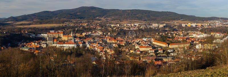 Panoramisch beeld van de stad Cesky Krumlov in de winter met hill Klet royalty-vrije stock afbeeldingen