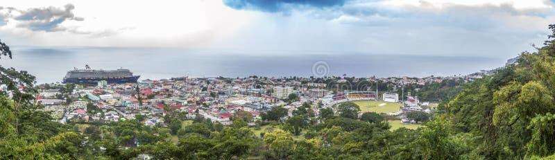 Panoramisch beeld van de stad van Roseau op Dominica eiland stock foto's