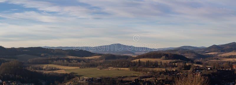 Panoramisch beeld van het tsjechische landschap achter de stad Cesky Krumlov in de winter stock foto's
