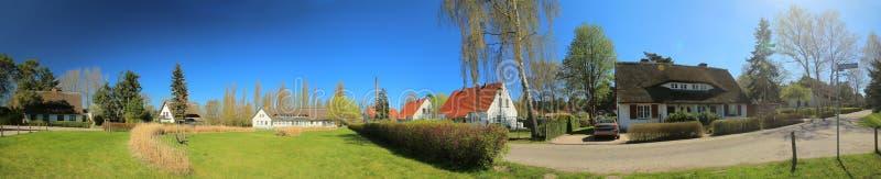 Panoramisch beeld van historische die groep huizen, als monumenten in Riems dichtbij Greifswald wordt vermeld royalty-vrije stock foto