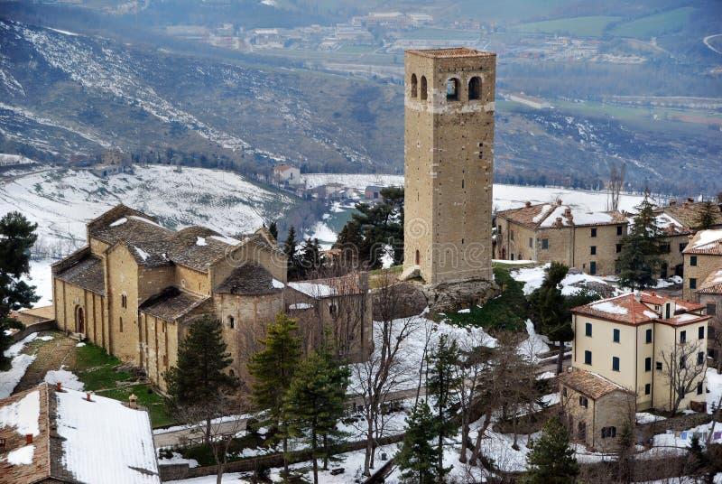 Panoramisch beeld van San Leo gefocust op de kathedraal en de klokkentoren stock afbeelding