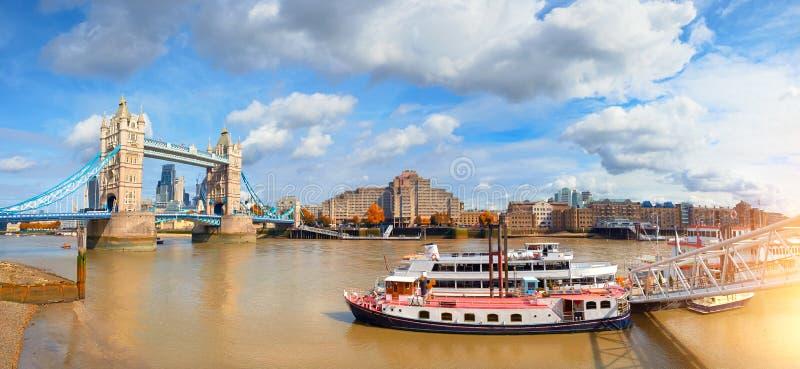 Panoramisch beeld van Torenbrug in Londen in Daling royalty-vrije stock foto's