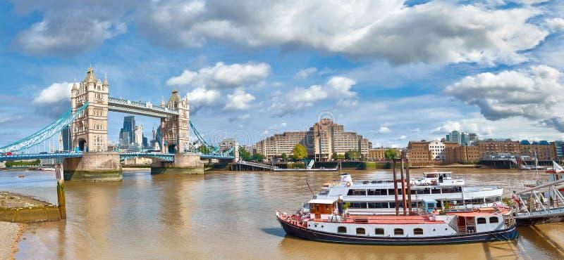 Panoramisch beeld van Torenbrug in Londen op een heldere zonnige dag stock fotografie