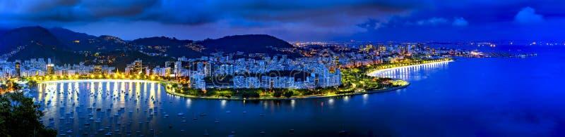 Panoramisch die beeld van Rio de Janeiro van hierboven bij nacht wordt gezien stock foto