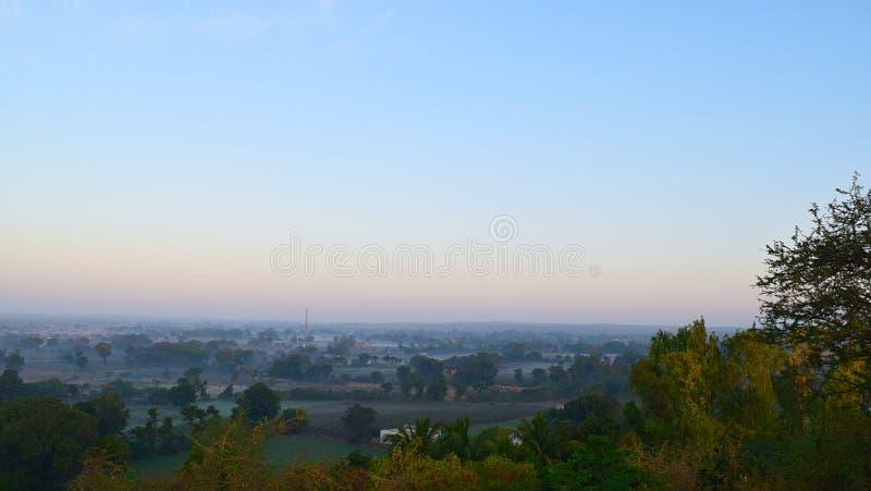 Panoramisch die Landschap van een Heuvel in Vroege Ochtend wordt gevangen - een Natuurlijke Achtergrond met Blauwe Hemel royalty-vrije stock foto