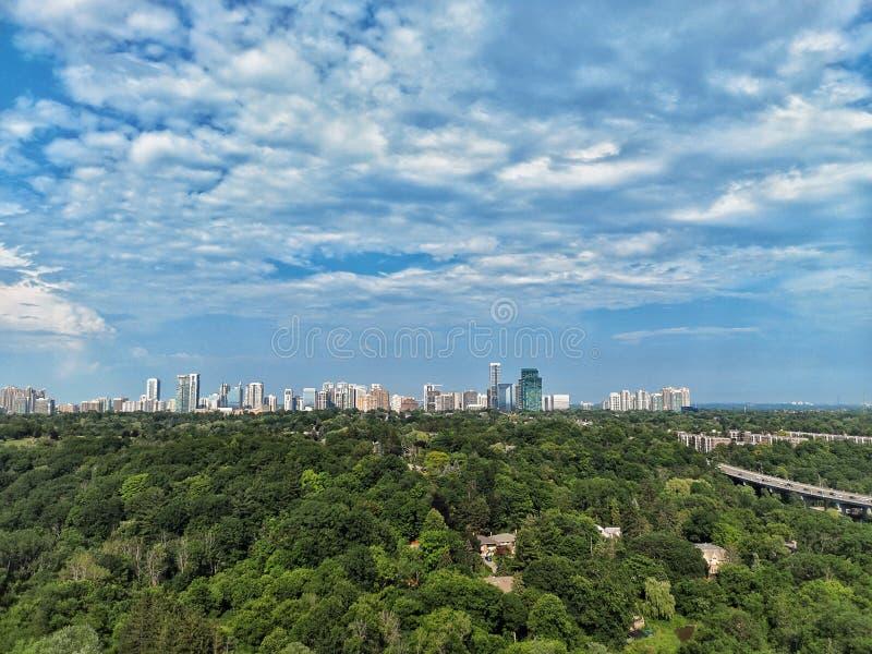 panoramisch landschap bovenaanzicht zomerdag in Toronto, Noord-York, Canada Blauwe hemel met witte wolken, groen park royalty-vrije stock afbeeldingen