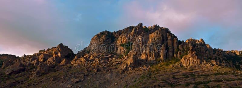 Panoramisch landschap met rotsachtige bergen stock afbeeldingen
