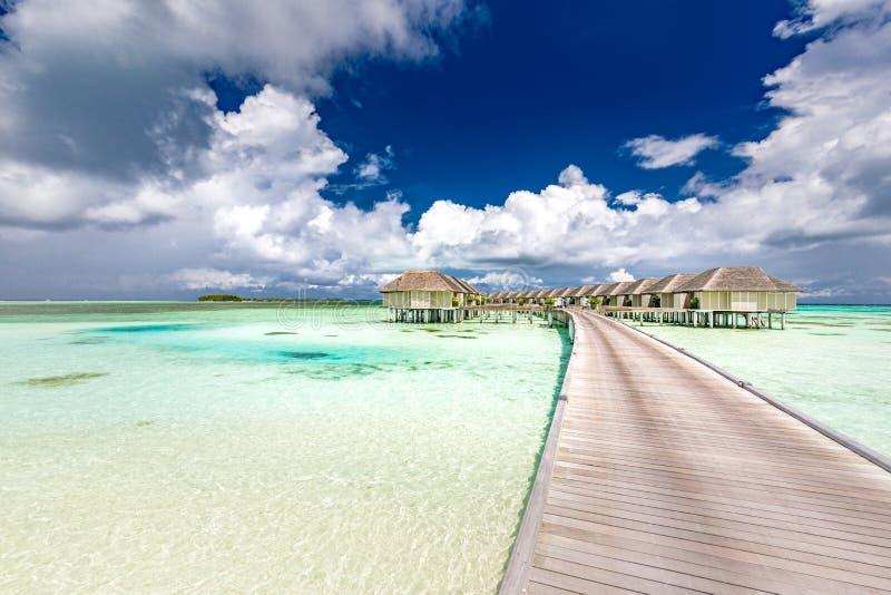 Panoramisch landschap van het strand van de Maldiven Tropisch panorama, de villatoevlucht van het luxewater met houten pijler of  royalty-vrije stock foto's