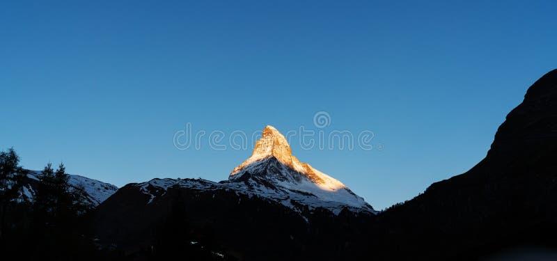 Panoramisch, Matterhorn-Berg mit Sonnenlicht auf Spitze morgens, Ansicht bei Zermatt die Schweiz stockbilder