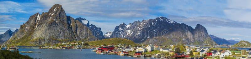 Panoramisch Noordelijk Schot van Reine Village op Lofoten-Eilanden, noch royalty-vrije stock foto