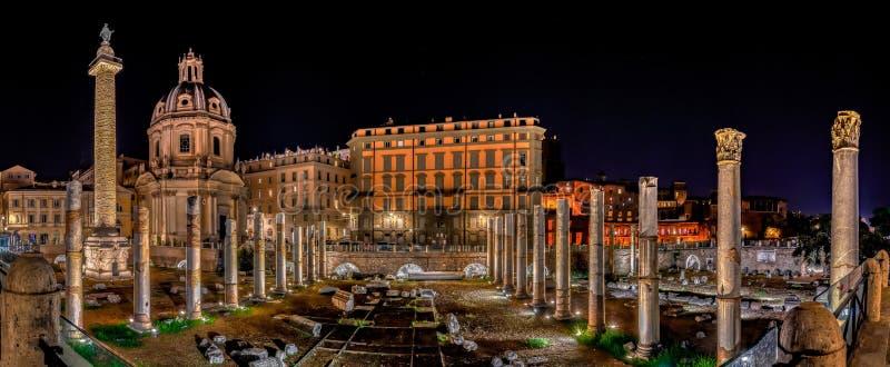 Panoramisch overzicht van het Trajan-forum 's nachts in Rome, Italië stock afbeelding