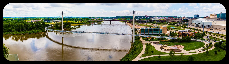 Panoramisch Satellietbeeld van de rivier van Missouri, Tom Hanafan-de voetbrug Omaha Nebraska van pleinbob kerrey en Omaha van de royalty-vrije stock fotografie