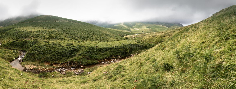 Panoramisch toneellandschap in Iraty-bergen in zomer, Baskisch land, Frankrijk royalty-vrije stock foto's