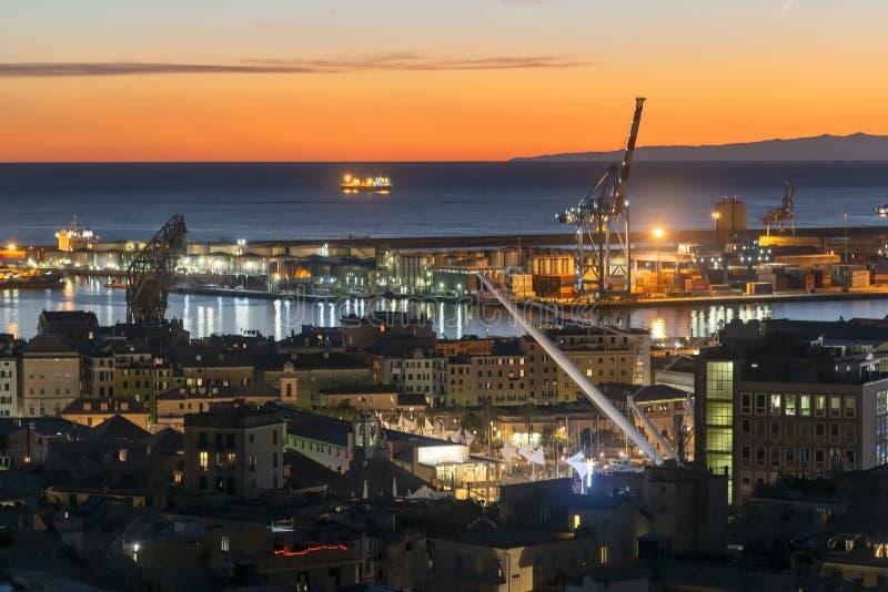 Panoramisch uitzicht van de haven van Genua op zonsondergang stock foto's