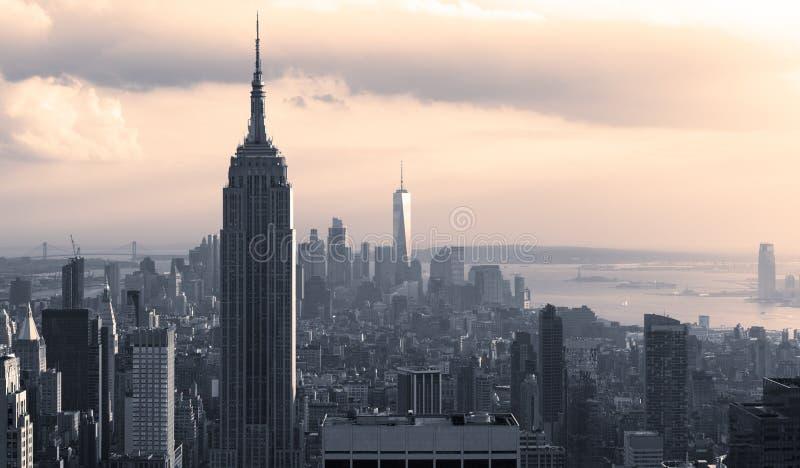 Panoramisch van de Horizon Van de binnenstad van Manhattan bij Zonsondergang royalty-vrije stock afbeeldingen