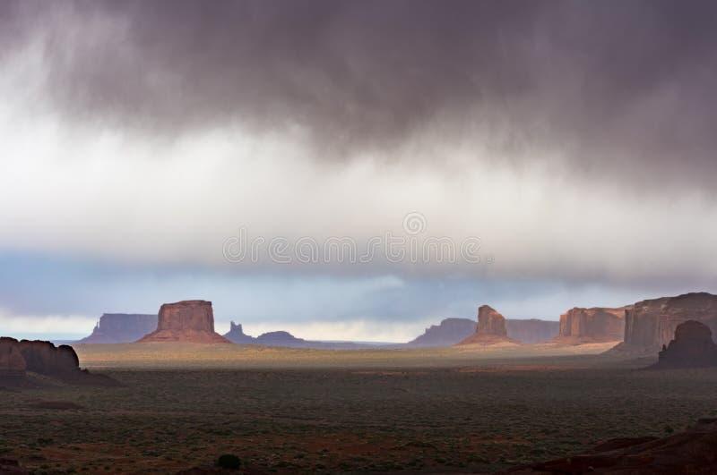 Panoramisch van Monumentenvallei met regenwolken stock afbeeldingen