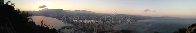Panoramisch vom Calpe-Stadtfeiertagsstrand lizenzfreie stockbilder